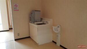 ตู้กดน้ำดื่มทั้งน้ำเย็น,น้ำร้อน สำหรับชงนมและอุปกรณ์สำหรับเปลี่ยนแพมเพิสให้น้องๆด้วยจร้า