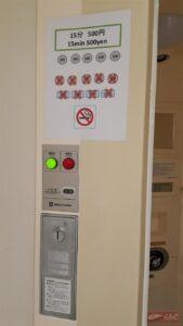 ซ้ายมือตรงประตูห้องน้ำจะมีที่หยอดเหรียญครับ เอาเหรียญ 500 เยนหยอดตรงนี้เลยจร้า